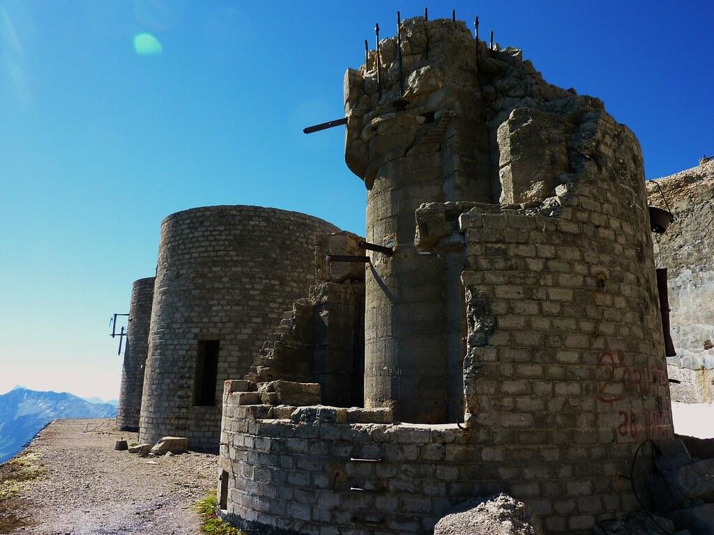 """Fort du Mont Chaberton, 3131 metres, le """"cuirassé des nuag ..."""