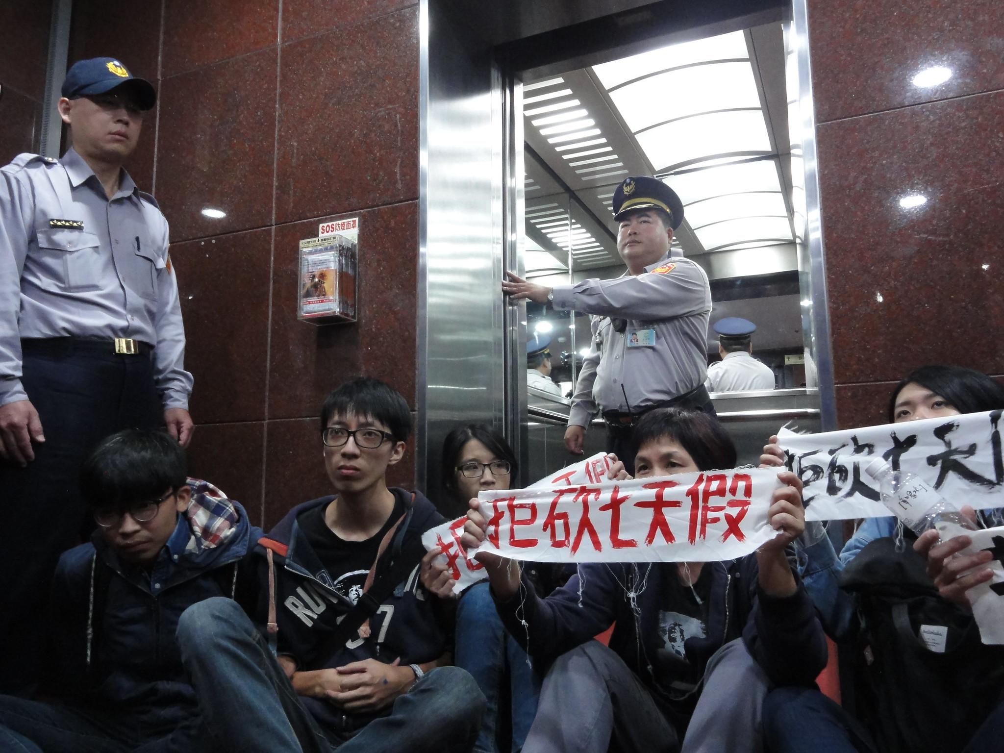 勞團堵住電梯門口,欲阻擋陳瑩離去。(攝影:張智琦)