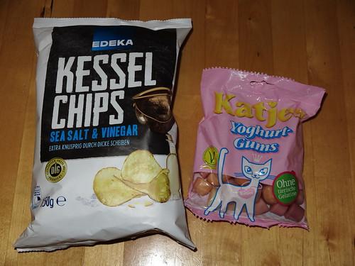 Yoghurt Gums (Katjes) und Kesselchips Sea Salt & Vinegar (Edeka) zum Gesellschaftsspieleabend bei Freunden