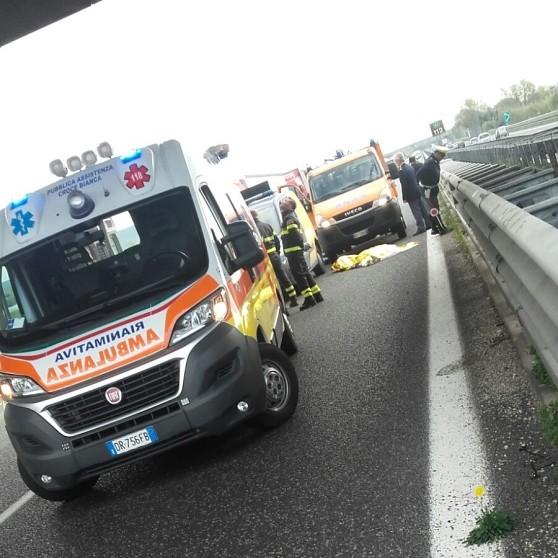 Tragedia sulla Salerno-Reggio, giovane si lancia dal cavalcavia e muore