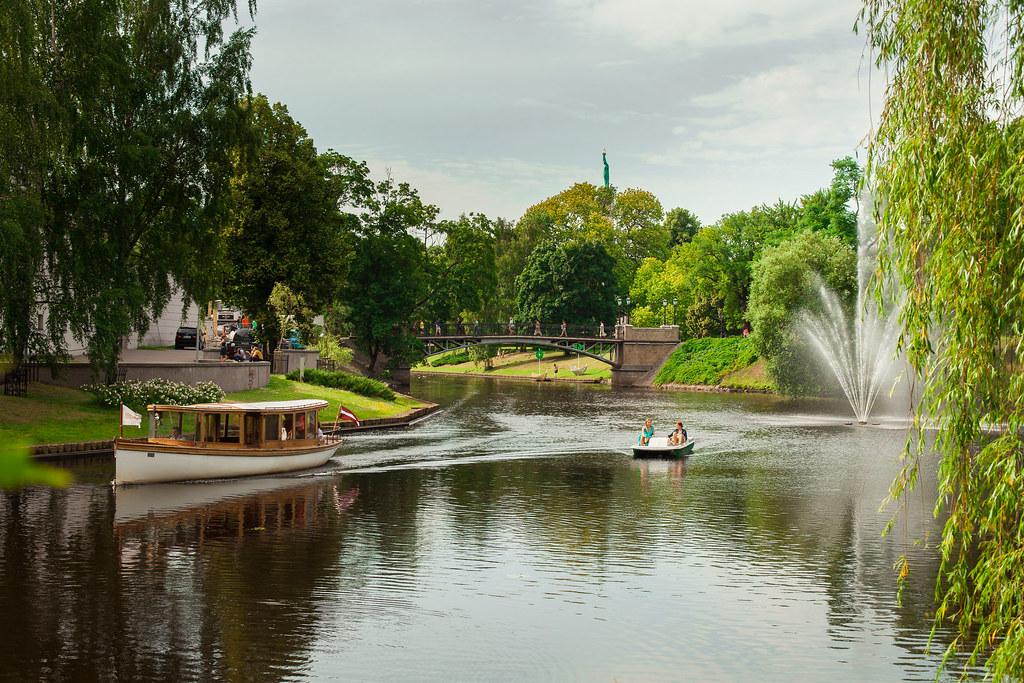 Le canal autour de la Vieille Ville de Riga en Lettonie.