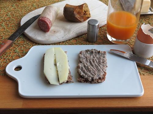 Schafskäse und Leberwurst auf Oldenburger Vollkornbrot