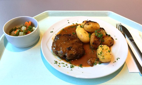 Meatball with pepper cream sauce & roast potatoes / Fleischpflanzerl mit Pfefferrahmsauce & Röstkartoffeln