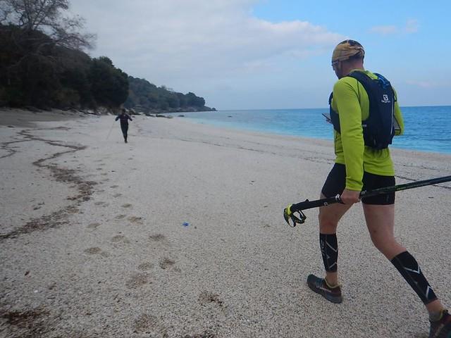 Στην παραλία της Πλάκας, σε μηδενικό υψόμετρο. Από εδώ ξεκινά η μακριά ανάβαση για τις κορυφές | Φωτό Λ. Ρήγος