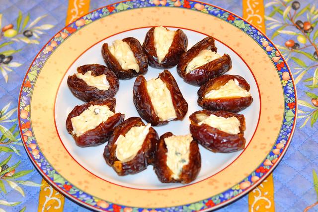 Als Nachtisch oder zum Wein: Datteln mit Blauschimmelkäse gefüllt ... Foto: Brigitte Stolle