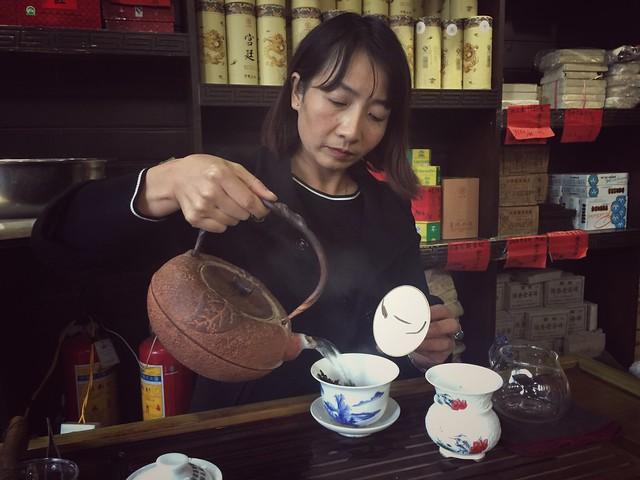 Sirviendo té pu'er en Shuhe (Yunnan)