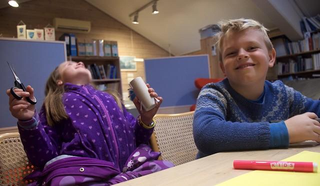 Jens Skorpen Myhre og Laura Tranøy Forth fekk laga dorull-dyr på Sunnhordland museum tysdag føremiddag under eit Falturiltu-arrangement.