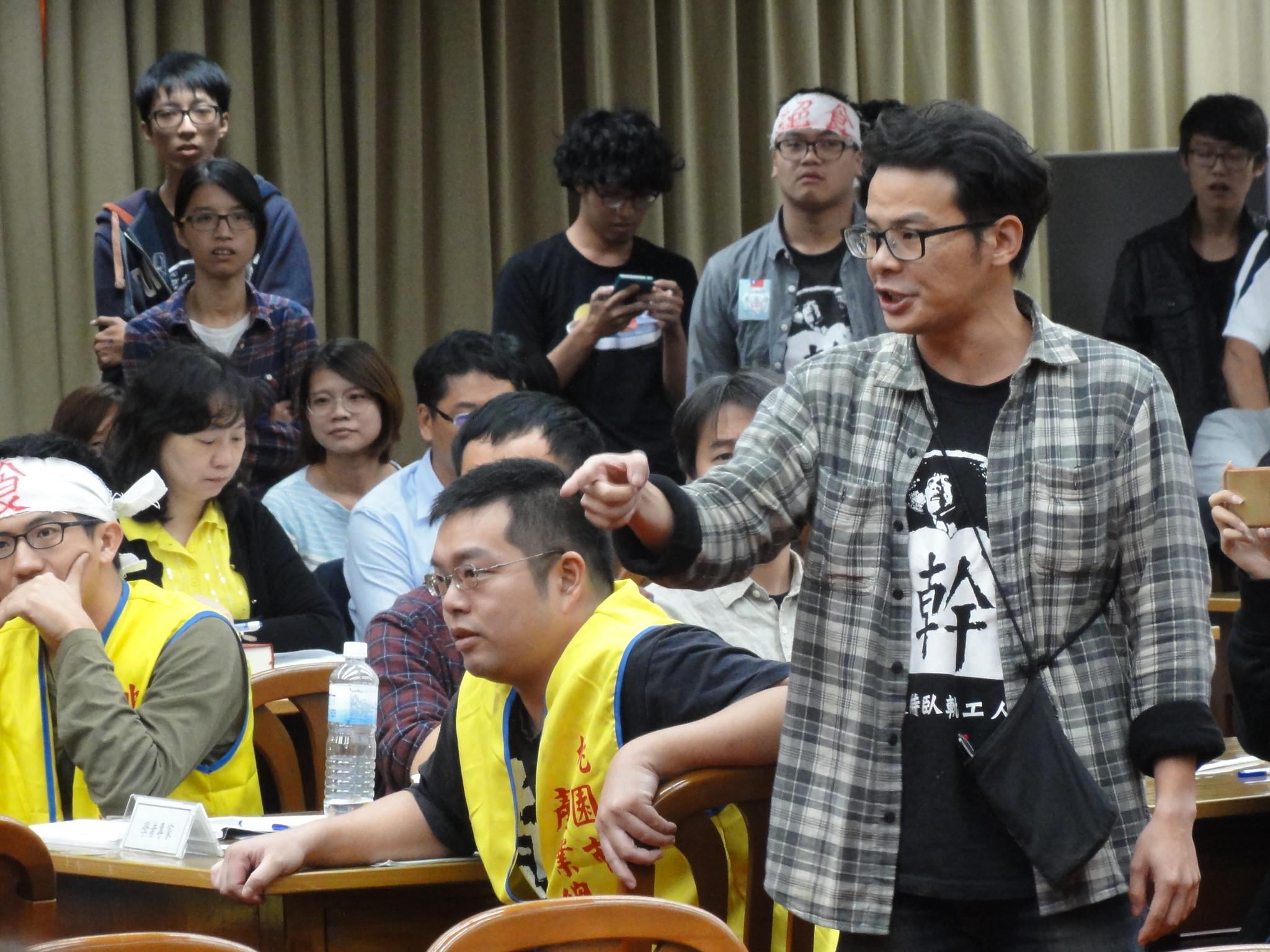 工鬥成員盧其宏憤怒質問這場已經預設砍假的公聽會的意義何在。(攝影:張智琦)