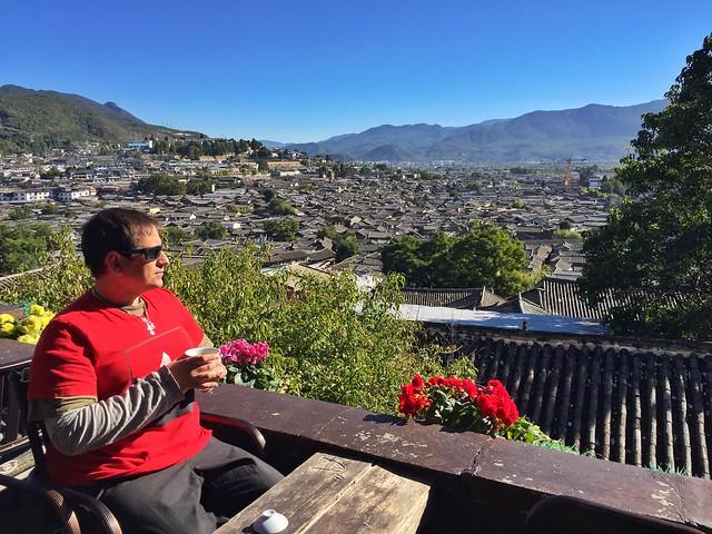 Sele tomando té rojo en Lijiang (Yunnan, China)