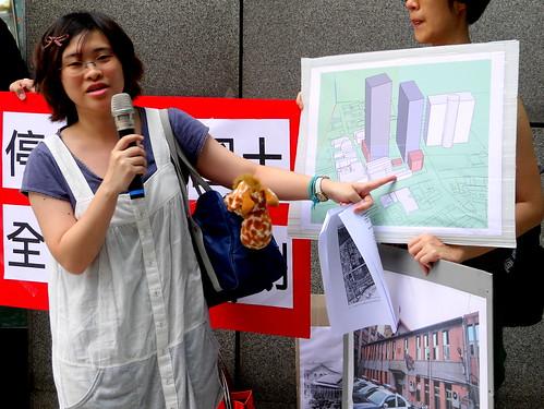 輔大景觀所學生張耕蓉畫出模擬圖,強調兩都更大樓在老街旁相當突兀。
