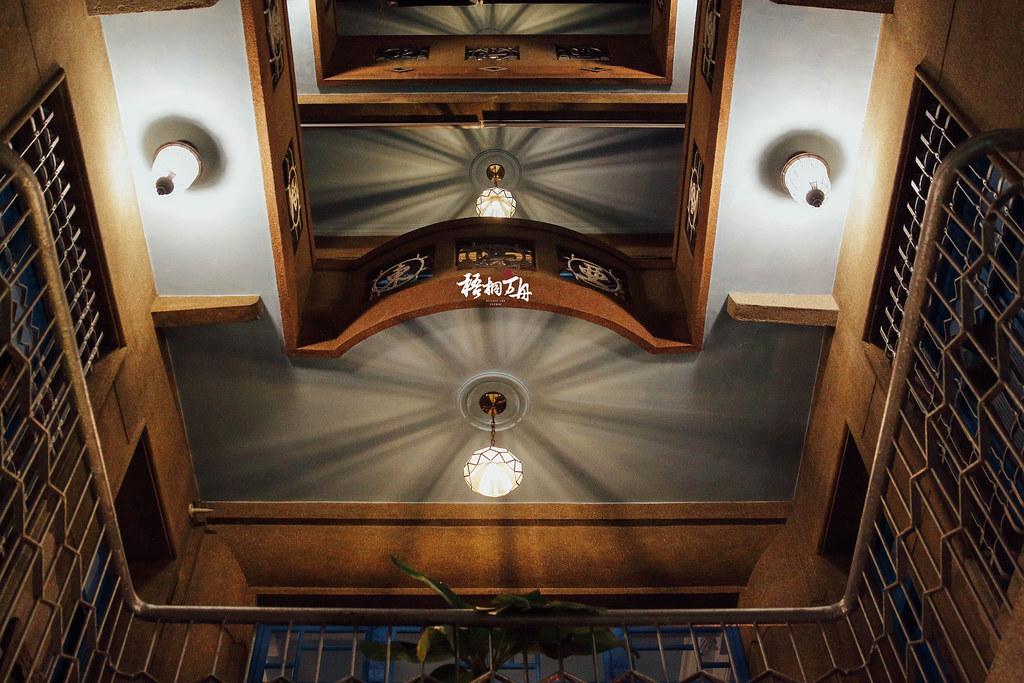5|餐廳內的戶外用餐區可向上仰望的天井景色