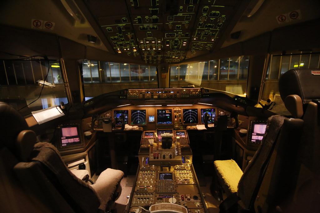 Singapore Airlines Boeing 777 300er Cockpit