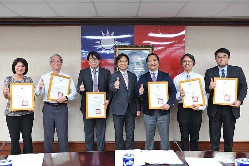 內政部長葉俊榮(中)與第一屆聽證主持人張文貞(左1)、陳立夫(左2)、蔡志揚(左3)、羅秉成(右3)、林三加(右2)、高烊輝(右1)等人合影