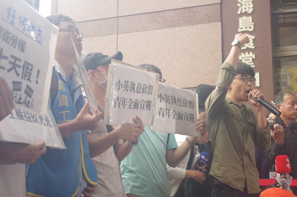 青年學生向執意砍七天假的蔡英文政府宣戰。(攝影:高若想)