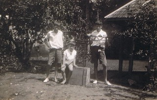 1934-03 Makassar In de tuin met Meccano kraan
