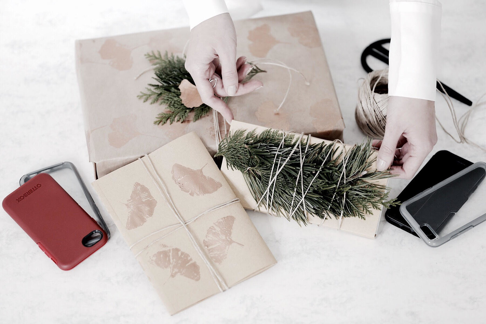 DIY christmas gift wrapping natural material fir paper minimal interior decor OtterBox mobile phone accessory white bright brunette bangs girl do it yourself cats & dogs lifestyleblogger ricarda schernus modeblog berlin düsseldorf germany 3