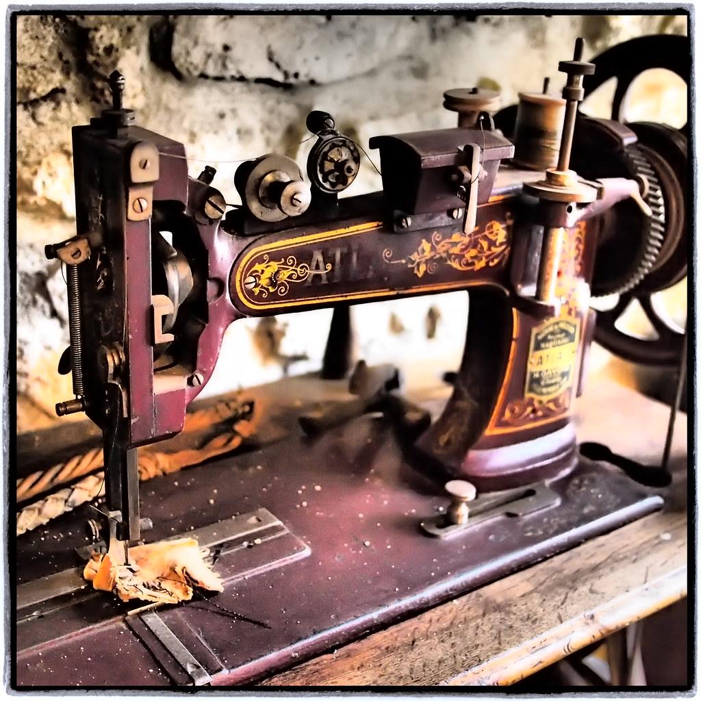 Machine coudre atlas mus e de l 39 artisanat rural tigy for Machine a coudre xn1700