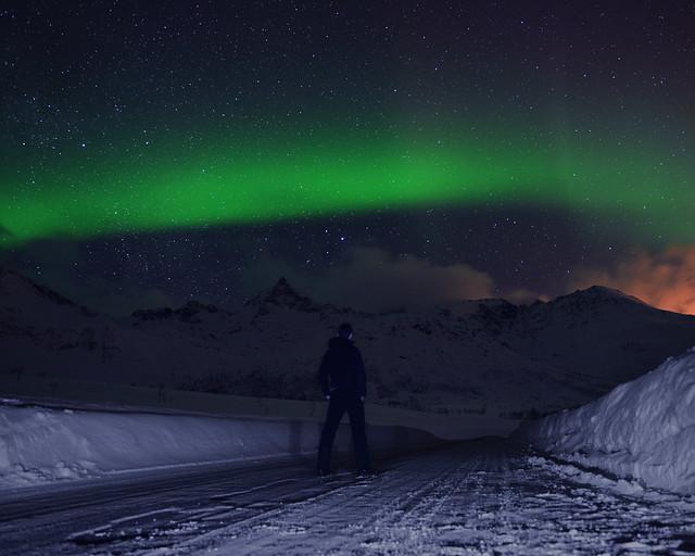Contemplando las auroras boreales en el círculo polar ártico, Noruega