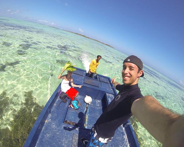 Recorriendo un montón de islas vírgenes en barco