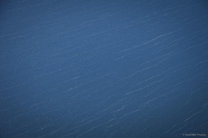 El viento dibuja líneas en el agua del pantano de Sau