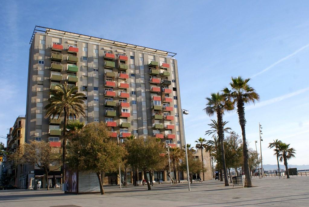 Immeuble rectangulaire du côté du bord de mer à Barcelone.