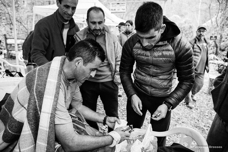 Σιδερίδης, Πολυχρονίδης, Ανδρονικίδης βοηθούν τον Βαγγέλη Μπάκα στο Κρούσοβο. Αθλητές βοηθούν αθλητές, τι πιο όμορφη εικόνα... | Photo (c): Drossos Drossos