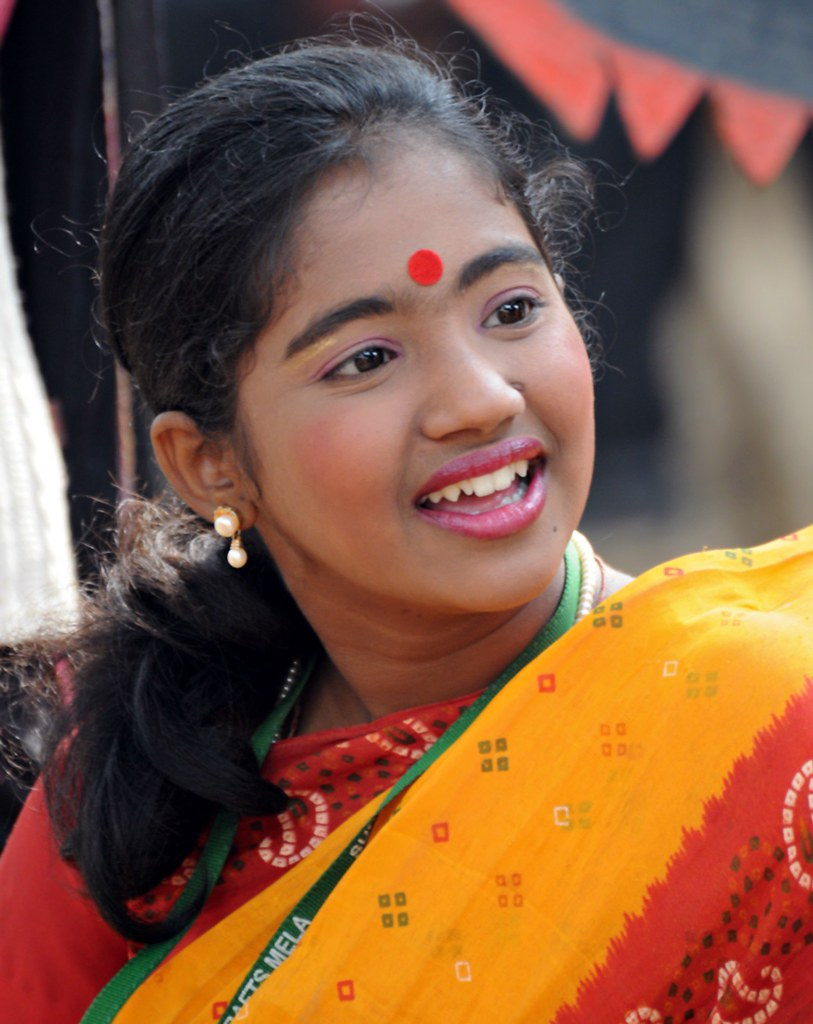 Village Girl at Surajkund | Pretty dancer dressed as a villa ...