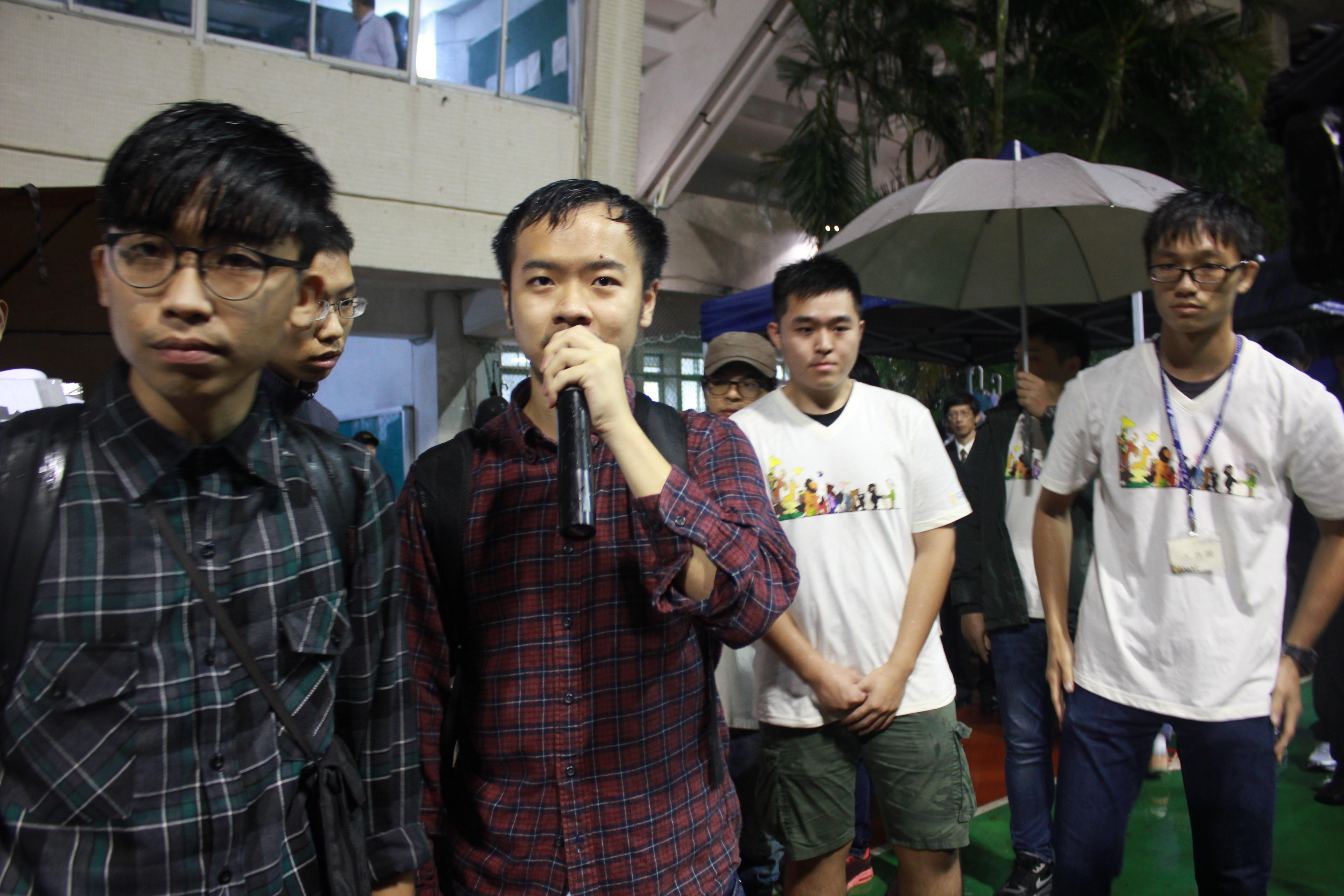 青年在会场外反砍假,彩立方平台仍无回应。(摄影:张宗坤)