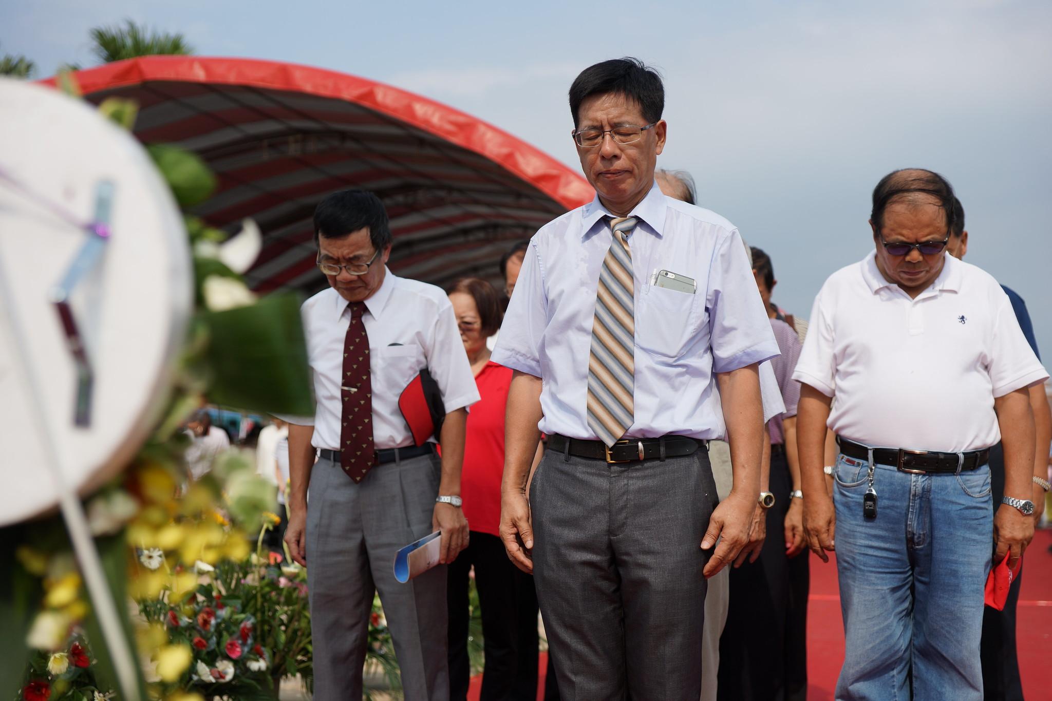 蔡裕榮(前排中)等代表在台前向受難者默哀致敬。(攝影:王顥中)