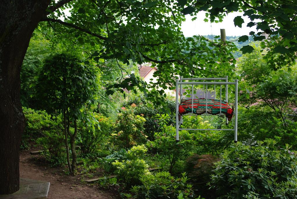 jardin pour la paix a bitche lit suspendu a un arbre au. Black Bedroom Furniture Sets. Home Design Ideas