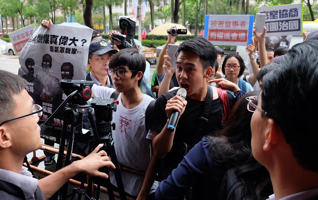 彰化學生抗議環保署出面,黑箱密談,要求進入會場。攝影:陳文姿