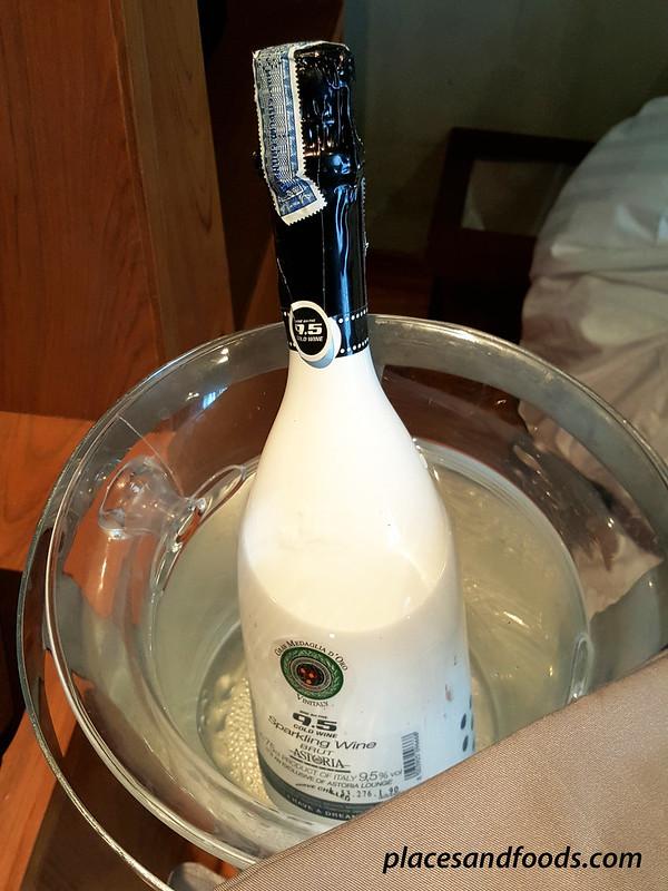 casa de la flora welcome champagne