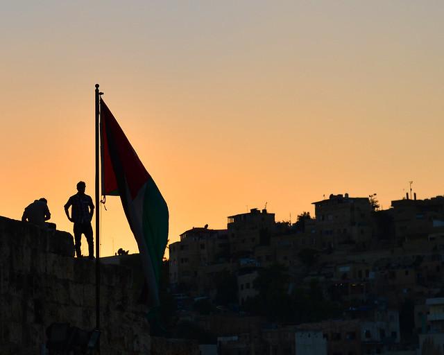 Bandera de Jordania en Amman al atardecer