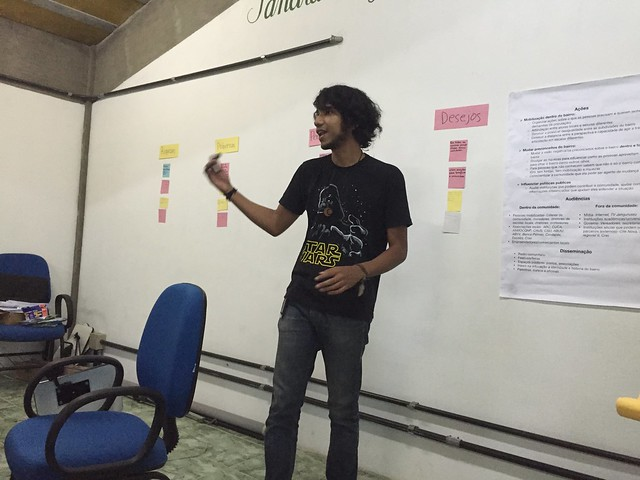 PalmasLab team member Luiz introducing local youth researchers to PalmasLab's research framework
