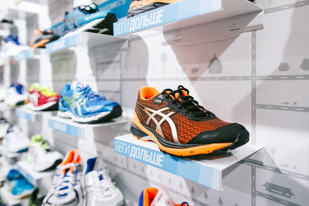 Зимним бегунам предлагают утеплиться кроссовками Asics  важно, что кроссы  не утяжеляют ходьбу, так как греет не мех, а мембрана. 89aaea44d38