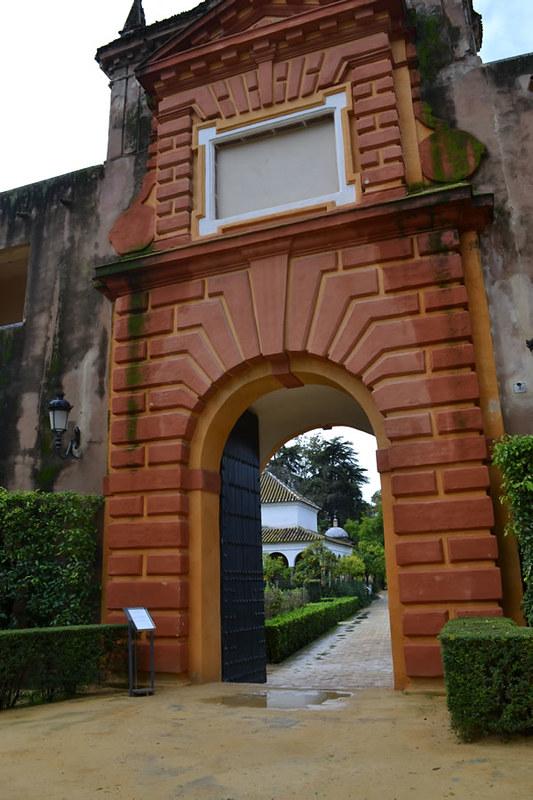Puerta del Privilegio y al fondo el cenador de Carlos V