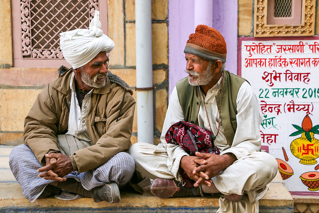 Men in Jaisalmer, India ジャイサルメール 道端でおしゃべり中のおじさんたち
