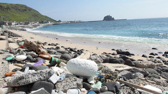 東嶼坪北面海岸上的垃圾