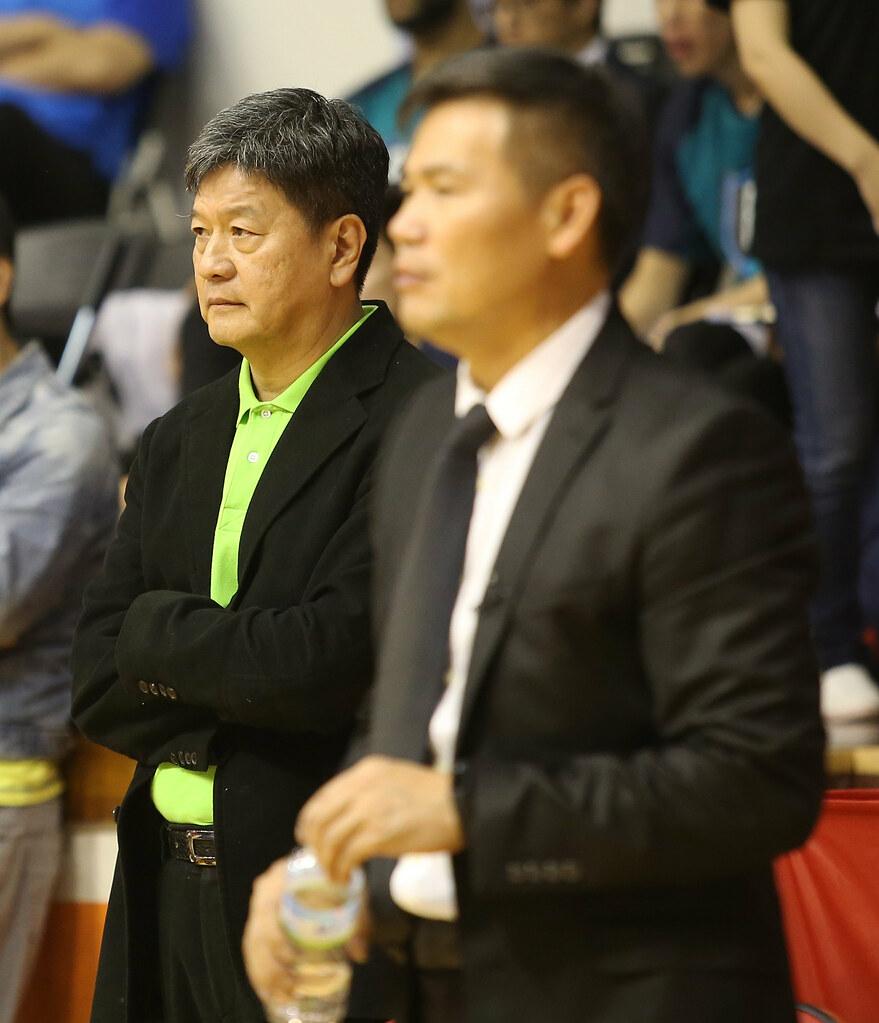 台啤總教練閻家驊(左)。(籃協資料照)