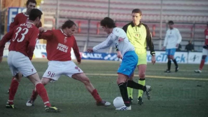6 febbraio 2005: il rossazzurro Iannelli prova a saltare il perugino Baiocco