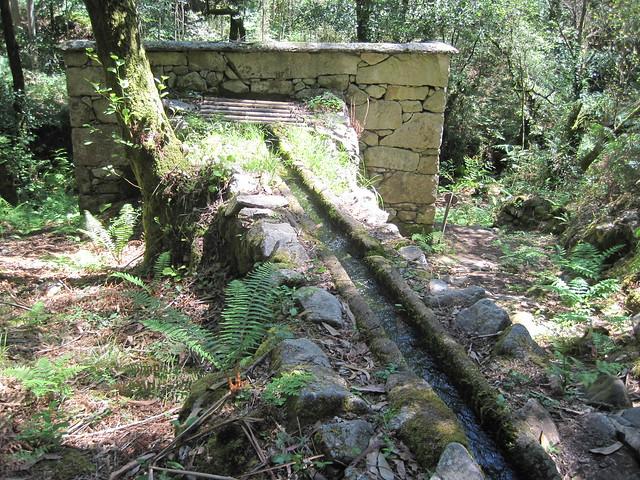 Canal de agua en el PR-G 102 Sendeiro dos Muíños do Río Maior