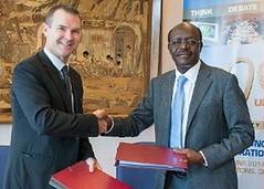 CITES秘書長John E. Scanlon與UNCTAD秘書長Mukhisa Kituyi 簽署協議。(CITES秘書處提供)