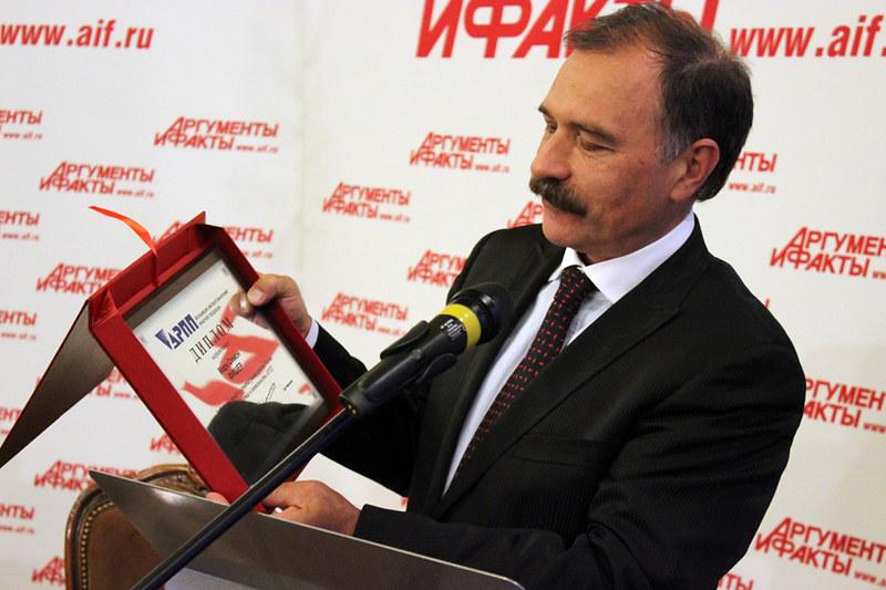 Президент АРПП Дмитрий Мартынов вручает диплом Марку Фишеру (Bauer Media)