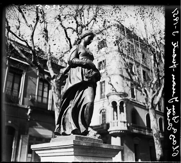 Statue sur l'une des places de Gracia à Barcelone.