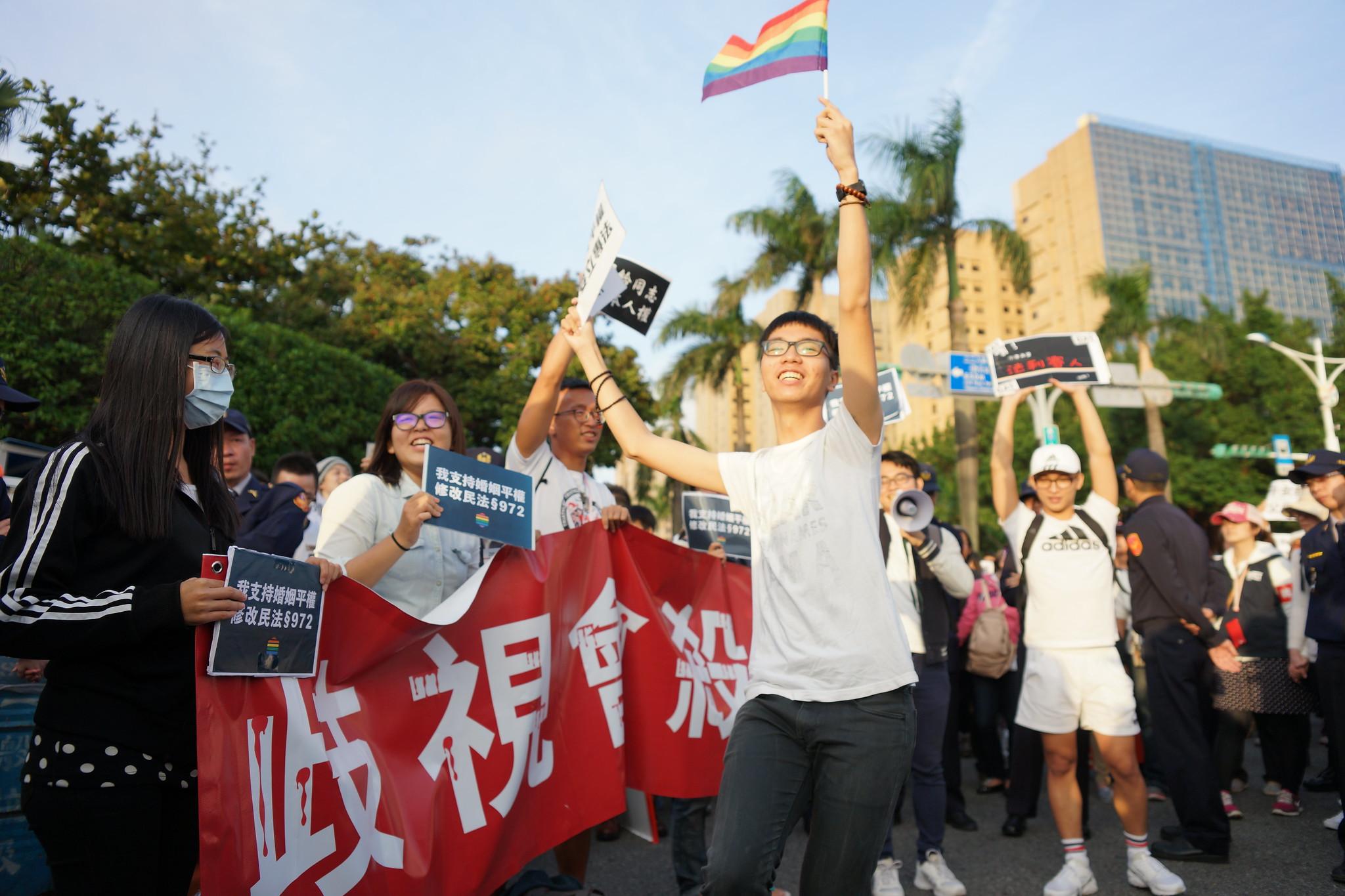 「婚姻平權小蜜蜂」在現場帶動民眾舞動,高唱同志也是一家人。(攝影:王顥中)