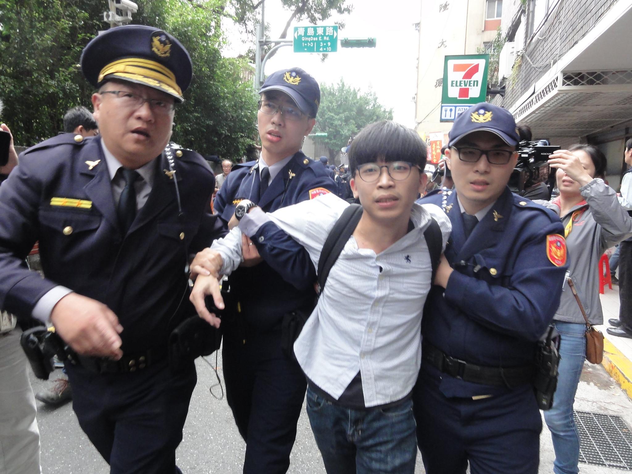 警力逐一排除架開現場抗爭者。(攝影:張智琦)