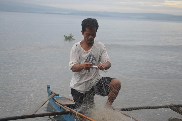Fisherman removing fish from the net, Barangay Maac Sogod Southern Leyte, Philippines. Photo by Juan Karlo Francisco, WorldFish.
