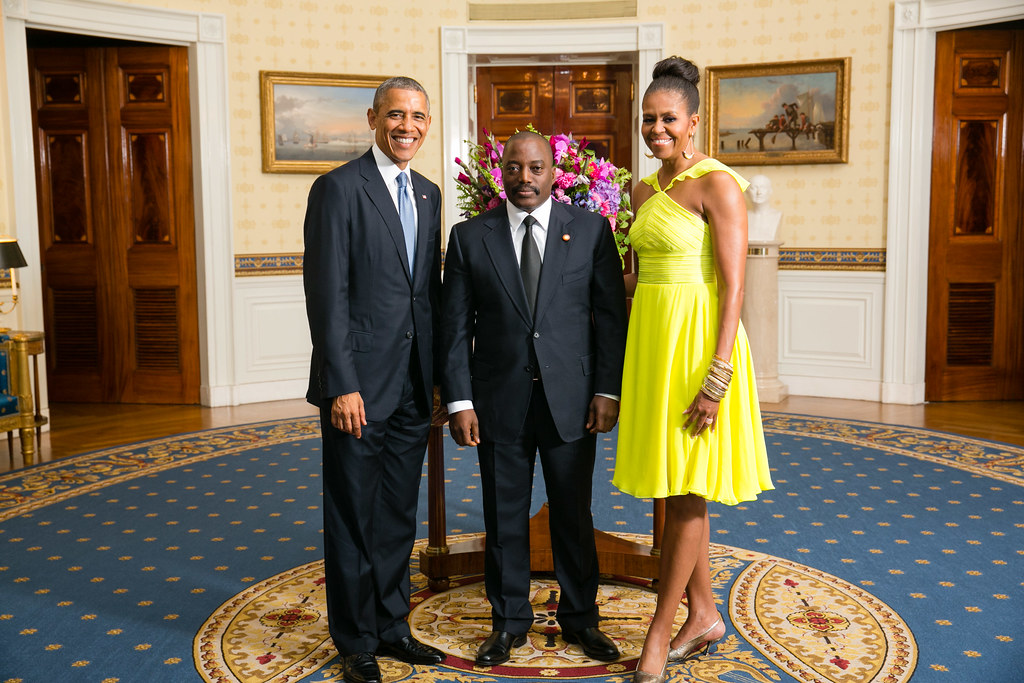 President barack obama and first lady michelle obama greet for Barack obama maison blanche