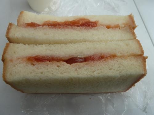 さくらんぼのジャムを使ったパン