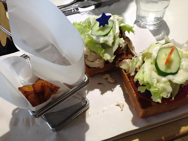 俯拍一下辣味炸雞鬆餅餐,上桌時我覺得有點小空虛@Mr. TKK 頂呱呱新型態概念店